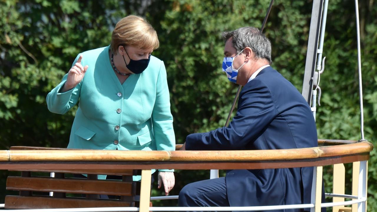 Kanzlerin Angela Merkel (65, CDU) und Ministerpräsident Markus Söder (53, CSU) auf dem Raddampfer – mit Masken
