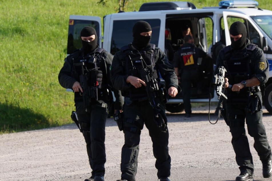 Drei maskierte und bewaffnete Polizisten in Oppenau.