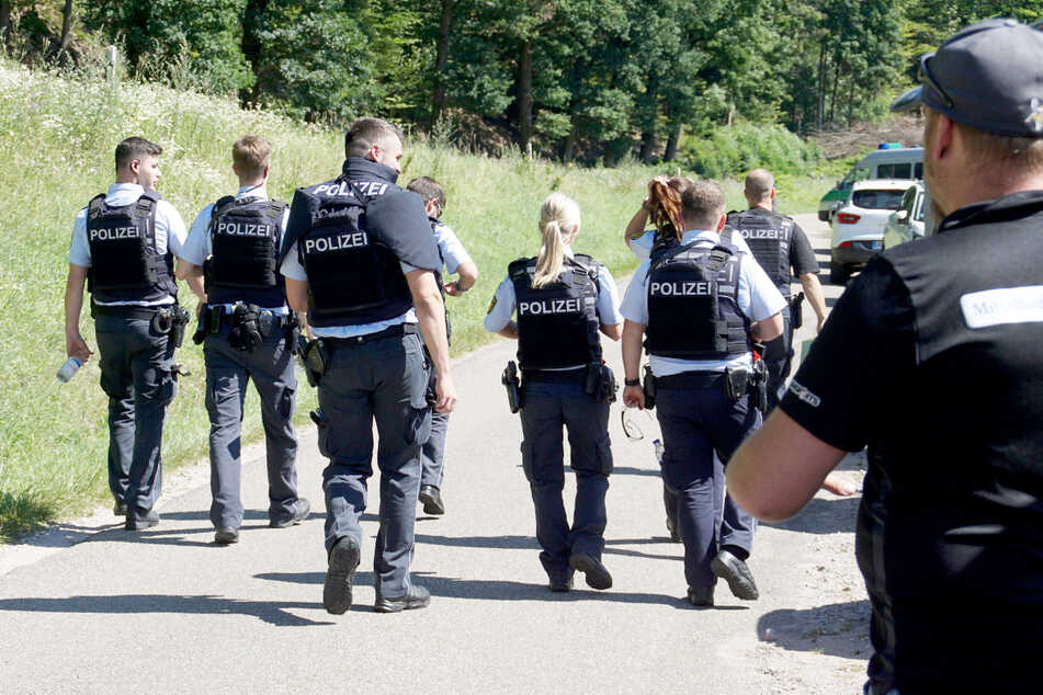 Polizisten suchen am Montag nach dem 31-jährigen Mann.