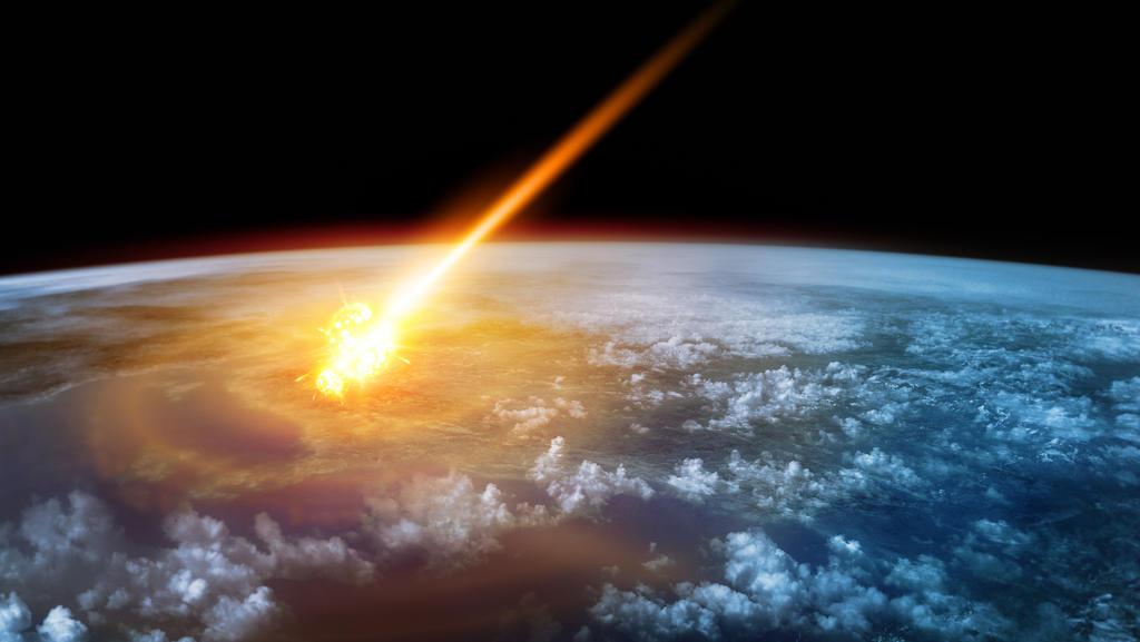Ein Meteor brennt in einen Feuerball, wenn er in die Erdatmosphäre gelangt.