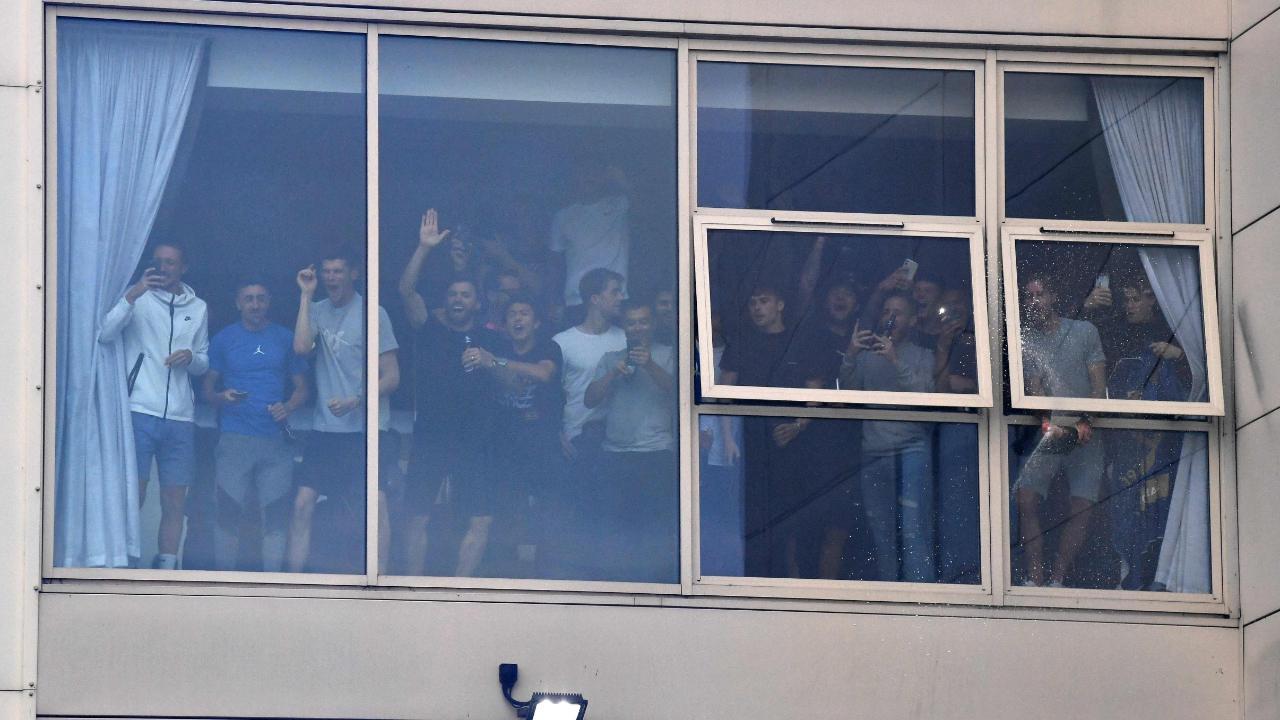 Hinter einer Glasscheibe jubelten auch die Leeds-Spieler ihren Fans nach draußen zu