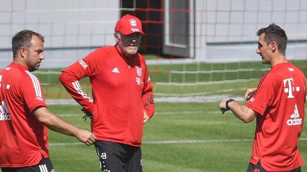 Miroslav Klose (rechts) im Austausch gegen Cheftrainer Hansi Flick (links) und Hermann Gerland (Mitte). (Quelle: imago images / Sven Simon)