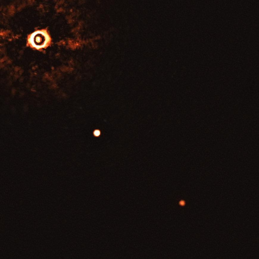 Darstellung zweier Planeten um einen sonnenähnlichen Stern