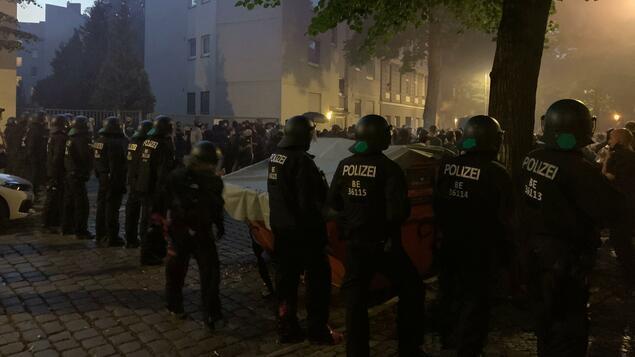 """Pyrotechnik, Pfefferspray, Polizeikessel: So lief die Demo gegen die Vertreibung des """"Syndikats"""" in Neukölln - Berlin"""