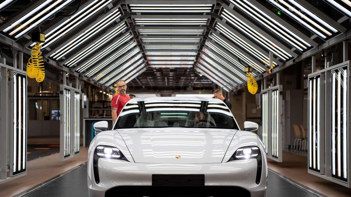 """Porsche Taycan: Tesla-Fahrer lachen über Sportwagen-Updates - """"Witz des Tages"""""""