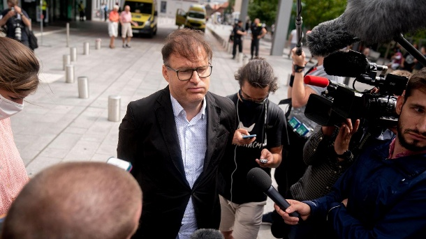 Jaka Bizilj, Gründer von Cinema for Peace und Organisator des Patiententransports für das russische Oppositionsmitglied Navalny, spricht vor der Charite mit Medienvertretern.  Nawalny wurde am Morgen ins Krankenhaus eingeliefert.  (Quelle: dpa)