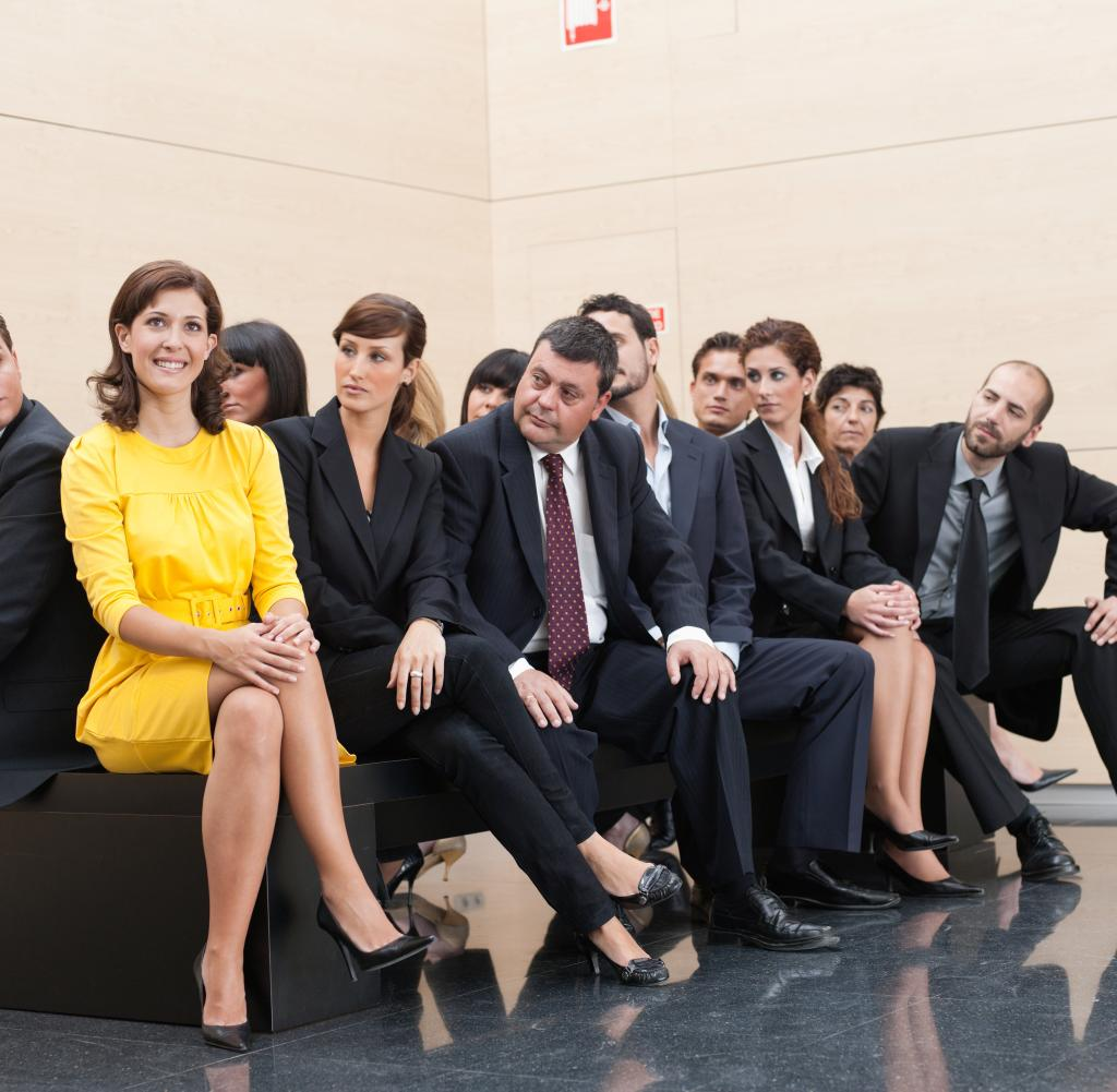 Unternehmer starren einzigartige Kollegen an