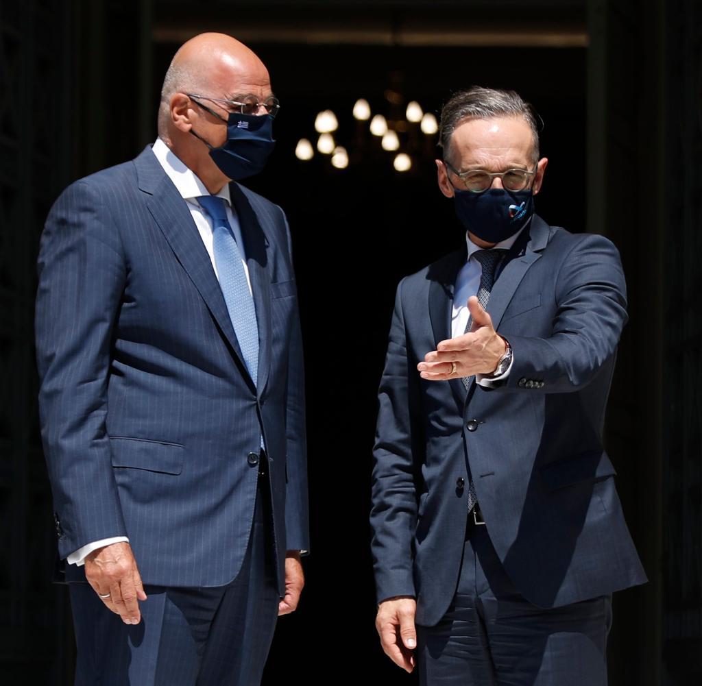 Der griechische Außenminister Nikos Dendias (l) begrüßt seinen deutschen Amtskollegen Heiko Maas (SPD)