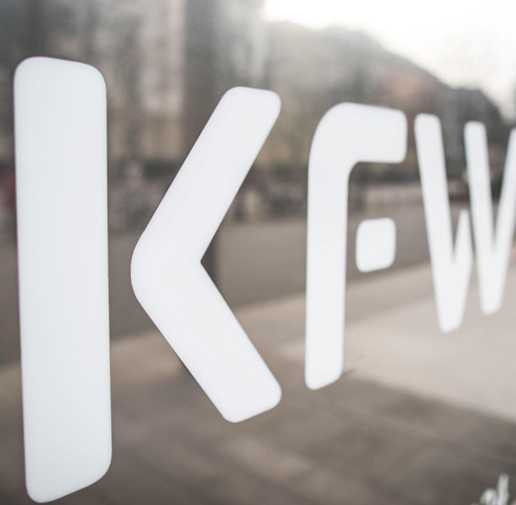 Der Schild ist glänzend. KfW-Logo am Hauptsitz der Bank in Frankfurt am Main