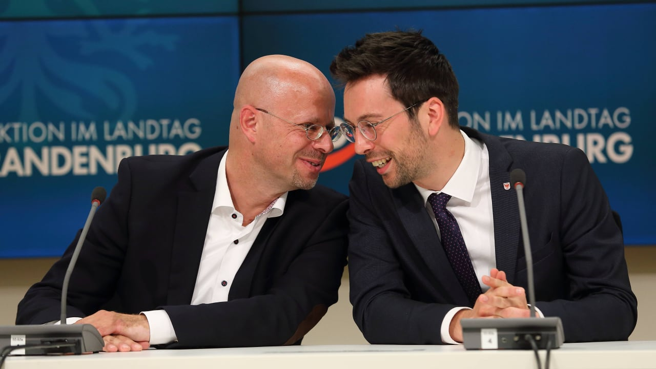 AfD: Andreas Kalbitz begrüßt AfD-Kollegen Hohloch mit einem Schlag - Milzbruch!  - Innenpolitik