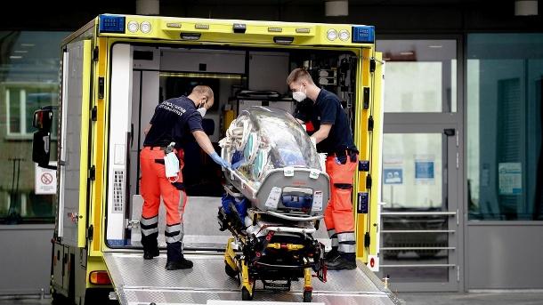 Berlin: Sanitäter des Bundeswehrkrankenwagens bringen die Spezialbahre, mit der Navalny zur Charite gebracht wurde, in den Krankenwagen zurück. (Quelle: dpa / Kay Nietfeld)