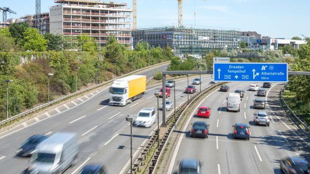 Möglicherweise ein politisches oder religiöses Motiv: Mann verursacht drei Unfälle - Berliner Stadtstraße am Mittwochmorgen geschlossen - Polizei und Justiz - Berlin