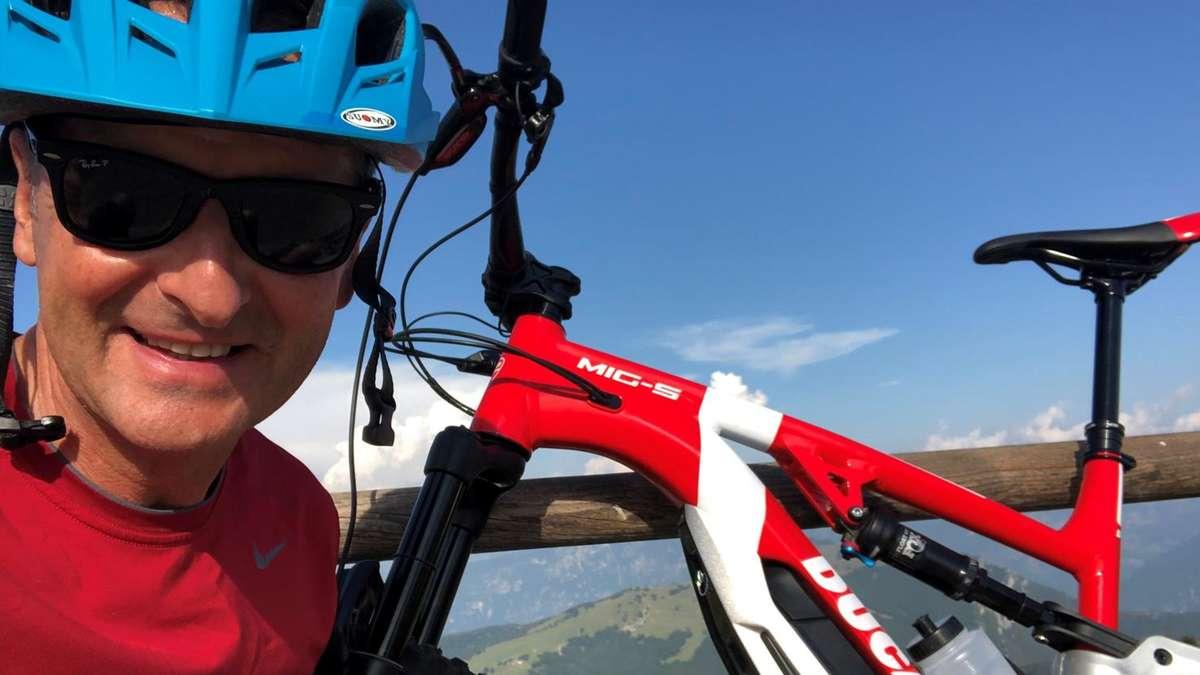 """VW-Chef Diess macht Urlaub in einem E-Auto und E-Bike: Ein Bilddetail ist erstaunlich - """"ganz anders als das Werbefoto"""""""