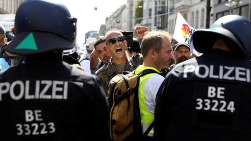 Verstöße gegen Schutzmaßnahmen: Polizei löst Coronademo in Berlin auf