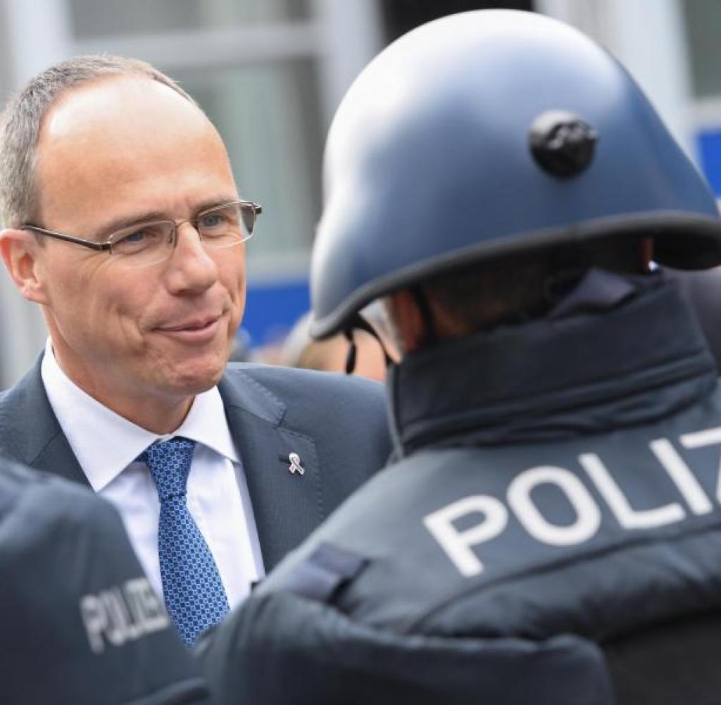 Der hessische Innenminister Peter Beuth (CDU, links) im Gespräch mit einem Polizisten