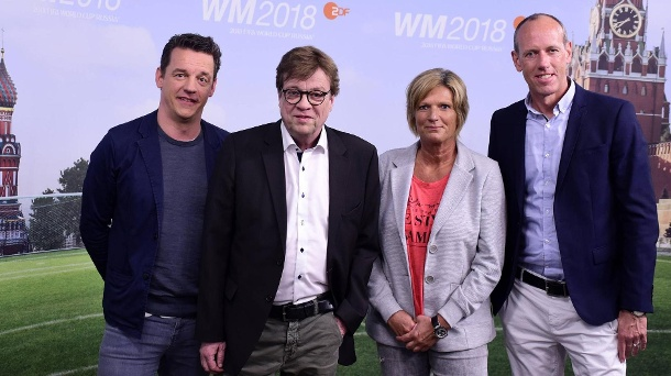 In Aktion bei der WM 2018 in Russland: Claudia Neumann (2.vr) mit ihren ZDF-Kollegen Oliver Schmidt, Béla Réthy und Martin Schneider (von links nach rechts).  (Quelle: Bildbilder / Revierfoto)
