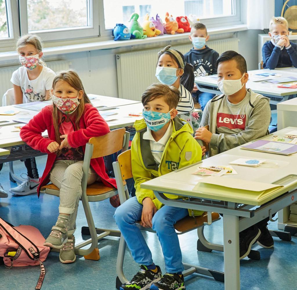 Drittklässler einer Wiener Grundschule tragen Schutzmasken.  Die Eltern sind sehr unsicher.  Die Ampel hilft wenig