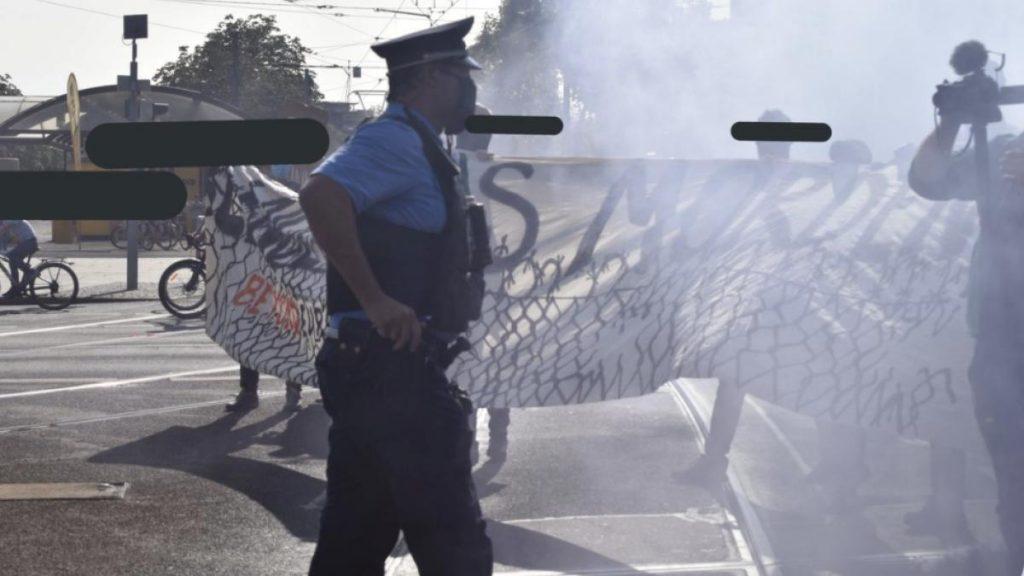 """Dresden: """"Drück mich, und du bekommst eine Kugel"""", sagt der Polizist dem Demonstranten"""