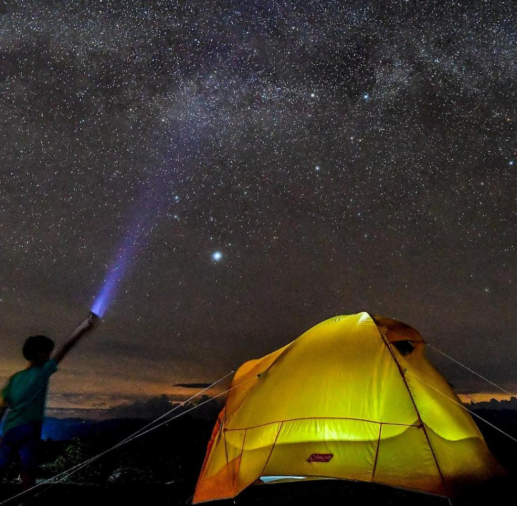 TOPSHOT - Ein Junge beobachtet am 11. Oktober 2018 die Milchstraße am Himmel über der Tatacoa-Wüste im kolumbianischen Departement Huila. (Foto von Luis ACOSTA / AFP) (Bildnachweis sollte LUIS ACOSTA / AFP / Getty Images lauten )