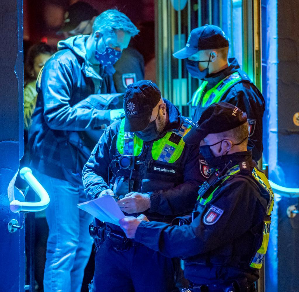 Die Polizei überprüft die Einhaltung der Koronaregeln