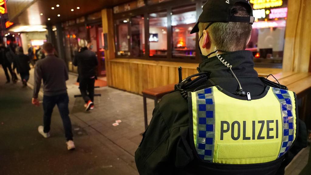 Zum Schutz vor dem Koronavirus müssen Restaurants in Hamburg zwischen 23 Uhr und 5 Uhr morgens schließen. Die Polizei überprüft die Einhaltung.  Nach Angaben der Polizeigewerkschaft wird es zunehmend aggressiv angegriffen.