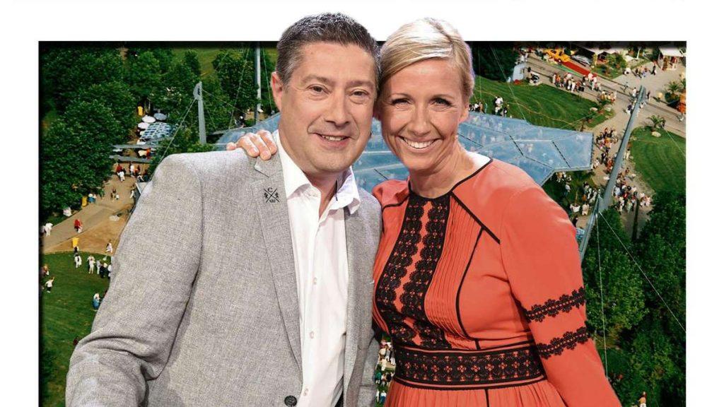 ZDF-Fernsehgarten: geheime Hochzeit mit Joachim Llambi?  Fernsehmoderatorin Andrea Kiewel entdeckt eine Notiz in einer Live-Show