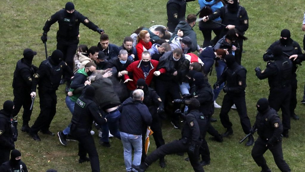Zehntes Protestwochenende: Weißrussland droht mit Schusswaffen