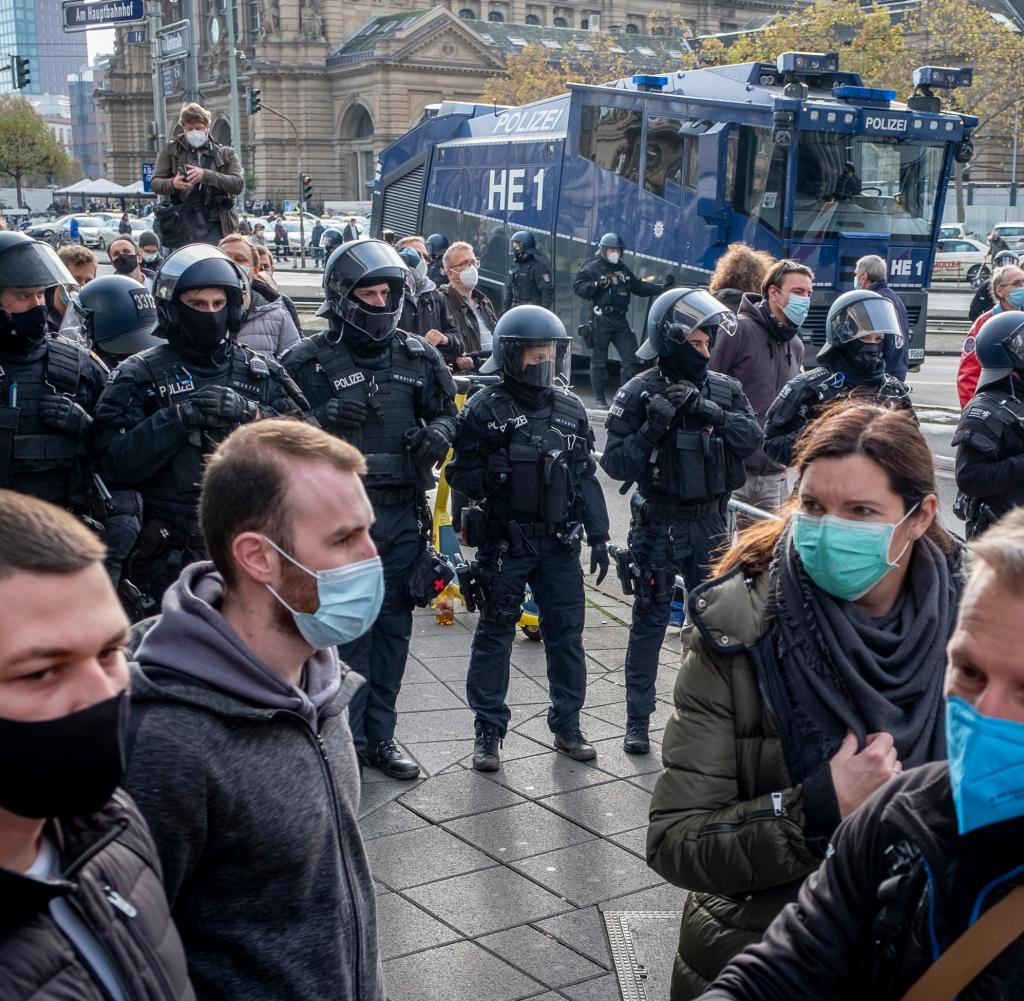Einige Demonstranten trugen Masken - aber nicht alle gehorchten den Anforderungen