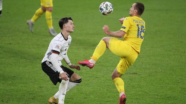 Szene aus dem ukrainischen Spiel: Robin Koch (links) im Duell mit Makarenko, der nun positiv getestet wurde.  (Quelle: Imago-Bilder)