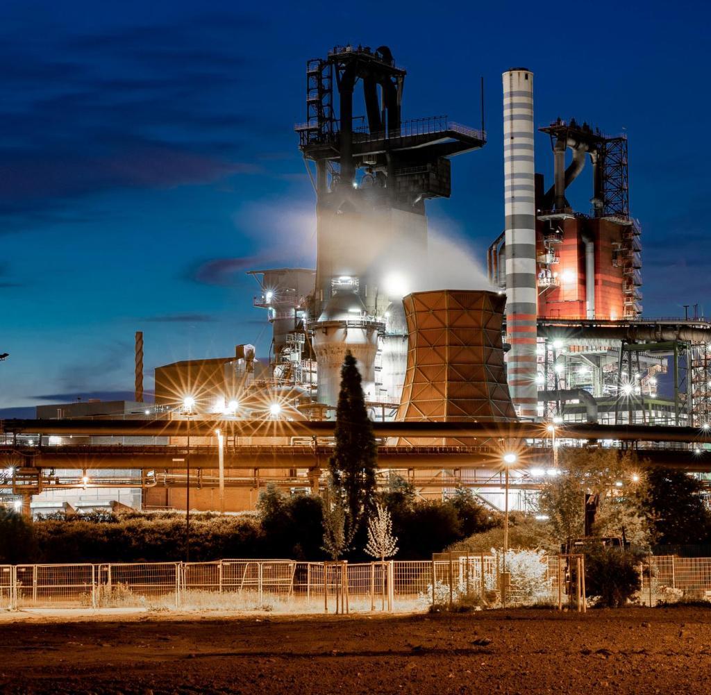 ARCHIV - 15. Mai 2019, Nordrhein-Westfalen, Duisburg: Die Hochöfen 9 und 8 von ThyssenKrupp.  Bundeswirtschaftsminister Peter Altmaier (CDU) hat der deutschen Stahlindustrie versprochen, dass der Staat die Finanzierung klimafreundlicher Produktionstechnologien unterstützen wird.  Foto: Marcel Kusch / dpa +++ dpa-Bildfunk +++ |  Weltweite Nutzung