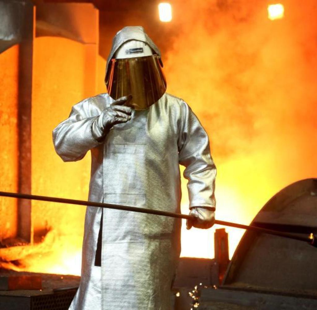 Stahlarbeiter am Hochofen von ThyssenKrupp in Duisburg: Tausende Arbeitsplätze sind vom Abbau bedroht