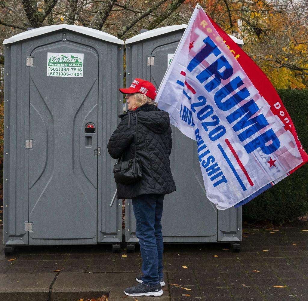 Pro-Trump-Aktivisten demonstrieren in Oregons Kapitol, während die Trump-Kampagne die rechtlichen Schritte wegen der Wahlen fortsetzt