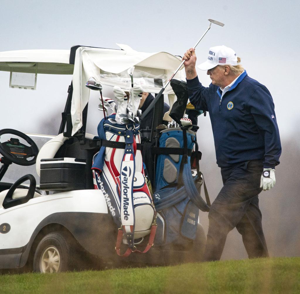 Donald Trump entspannt sich am Wochenende in seinem eigenen Golfclub, anstatt zu entscheiden