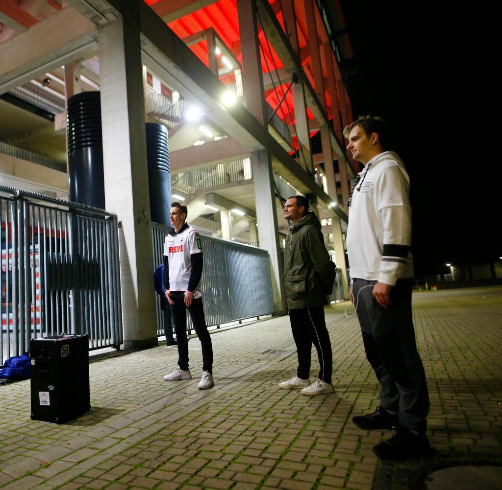 Diese Fans haben einen Hauch von Stadionatmosphäre außerhalb der Arena erzeugt