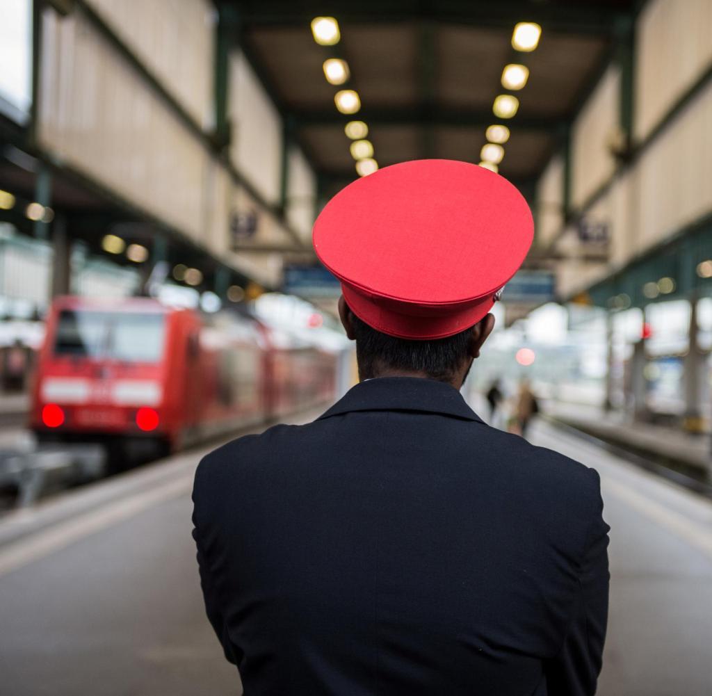 ARCHIV - Am 20. Mai 2015 steht ein DB-Mitarbeiter an einer leeren Bahnstrecke im Hauptbahnhof in Stuttgart (Baden-Württemberg), nachdem der Streik im Tarifkonflikt zwischen GDL und der Deutschen Bahn mit einem offenen Ende begonnen hatte.  Ab dem 24. Januar 2017 wird das Bundesverfassungsgericht nach Beschwerden von Gewerkschaften das Tarifverhandlungsgesetz aushandeln.  Foto: Wolfram Kastl / dpa +++ (c) dpa - Bildfunk +++ |  Weltweite Nutzung