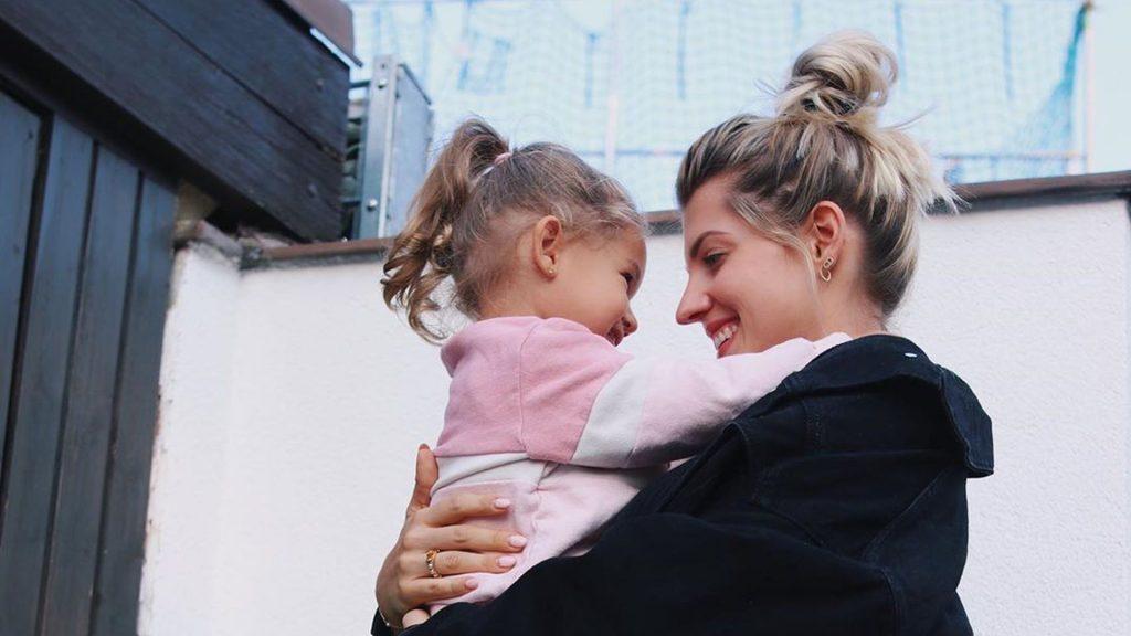 Abschied im Kindergarten: Sarah Harrison ist in Tränen aufgelöst