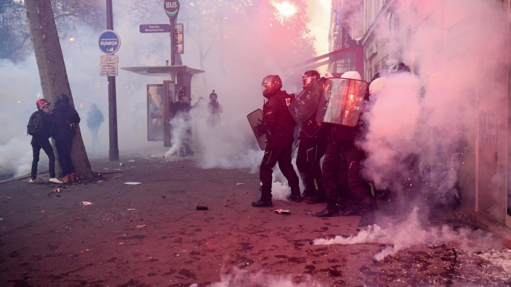 Frankreich: 62 Polizisten verletzt und zusammengeschlagen - Fotograf verletzt
