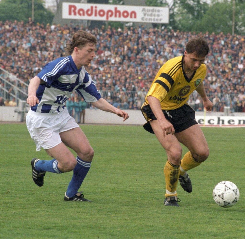 Am 2. Mai 1992, dem 35. Spieltag der Saison 1991/1992, stehen sich Dynamo Dresden und der FC Schalke 04 gegenüber.  Das Spiel endete mit 2: 1 für Dynamo Dresden.  Schalkes Steffen Freund (l) in einer Spielszene mit Andreas Wagenhaus aus Dresden.  |  Weltweite Nutzung