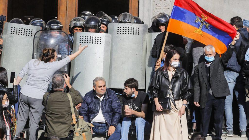 Premierminister tritt zurück: Tausende Armenier wollen den Krieg fortsetzen