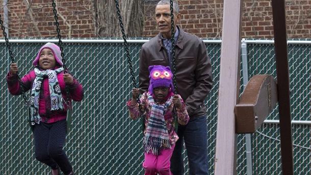 Barack Obama hilft Kindern in Washington beim Swingen: Die Obamas sind gerne den Menschen nahe, ein Geheimnis ihres Erfolgs.  (Quelle: Imago-Bilder)