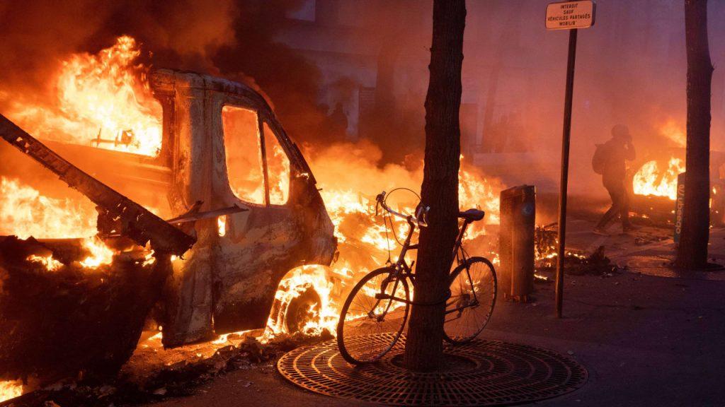 Demos gegen neue Polizeigewalt: Schwere Unruhen in Paris - Nachrichten im Ausland