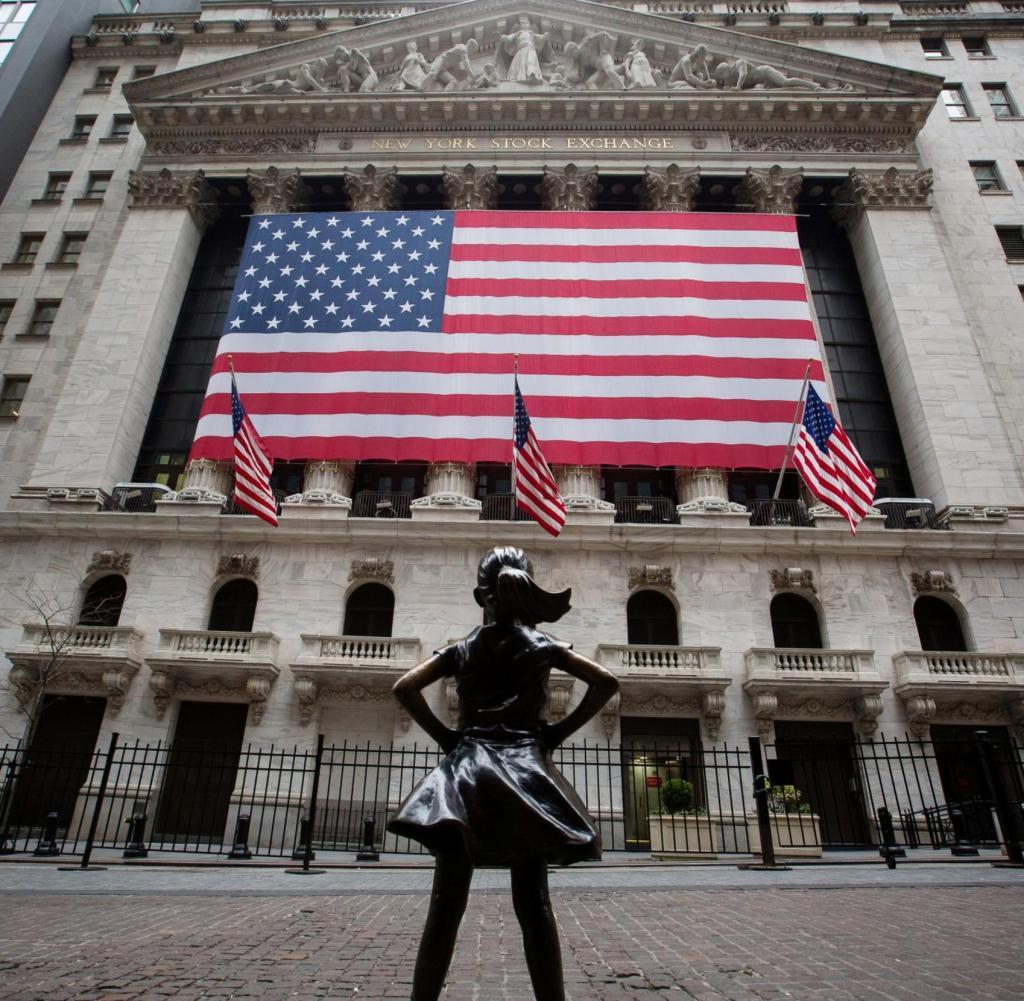 Die Fearless Girl-Statue steht am Montag, dem 30. März 2020, gegenüber der New Yorker Börse (NYSE) in New York (USA). Ungefähr 37.500 Menschen haben in New York City positiv auf das Coronavirus getestet, teilten Beamte am Montag mit 3.700 von einem Tag zuvor.  Fotograf: Michael Nagle / Bloomberg