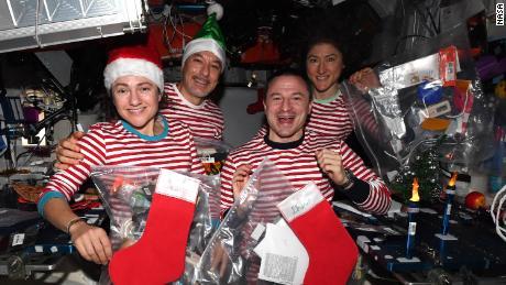(Von links nach rechts) Meir, Parmitano, Morgan und Koch feiern Weihnachten im Weltraum - in passenden Pyjamas.