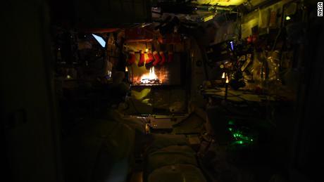 Ein festliches Protokoll wird auf die Raumstation projiziert.