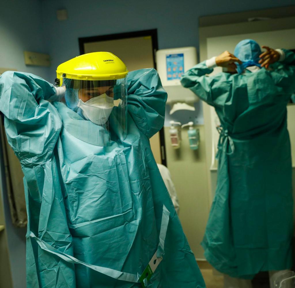 Eine Krankenschwester in Lüttich, Belgien, in Schutzkleidung.  Sie arbeitet auf einer Intensivstation mit Koronapatienten