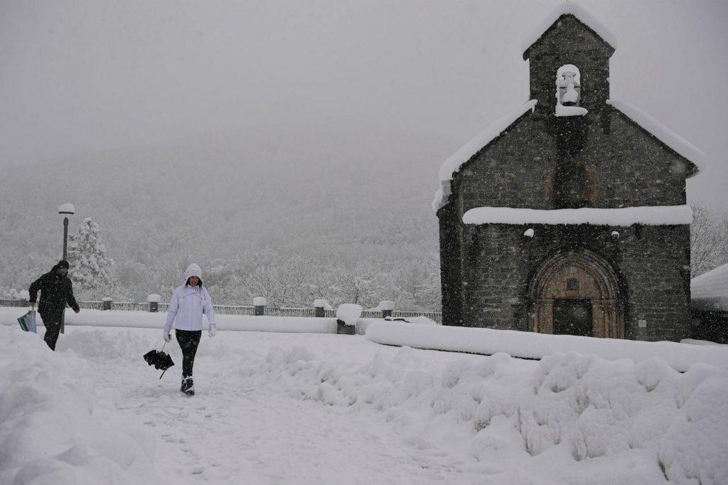 Lawinenwarnungen, Stromausfälle nach Schneefall in Österreich