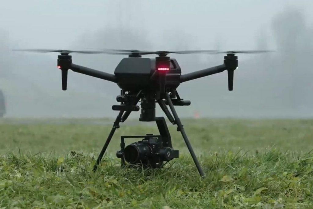 Ein kleines unbemanntes Luftfahrzeug, das 4K-Filmmaterial von oben aufnimmt