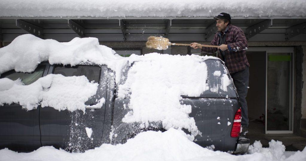 Lawine tötet 1 Skifahrer in der Schweiz, Schnee trifft Österreich