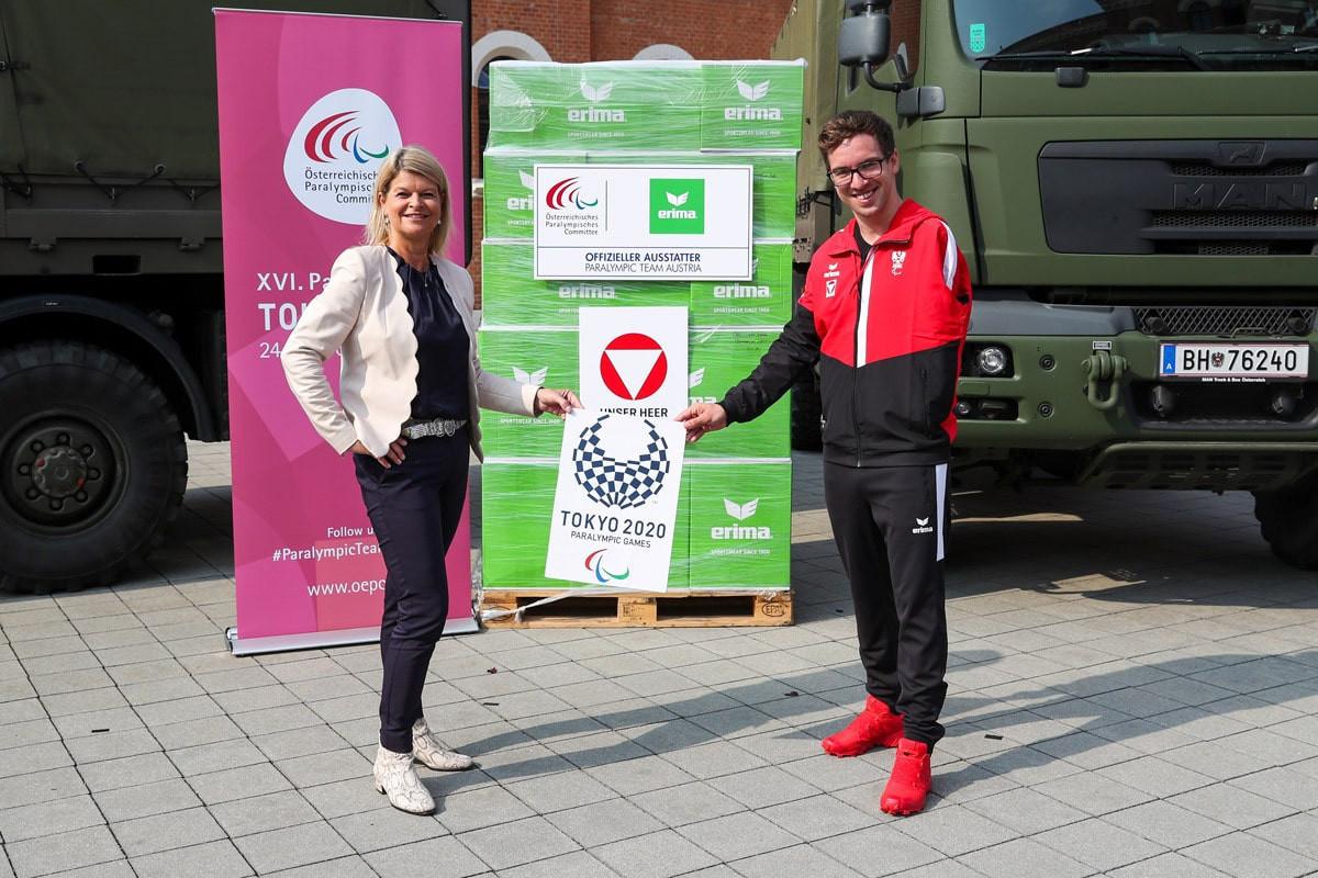 ÖPC-Präsidentin Maria Rauch-Kallat und Para-Schwimmerin Andreas Onea waren vor Ort, um die Uniformen zu erhalten © ÖPC