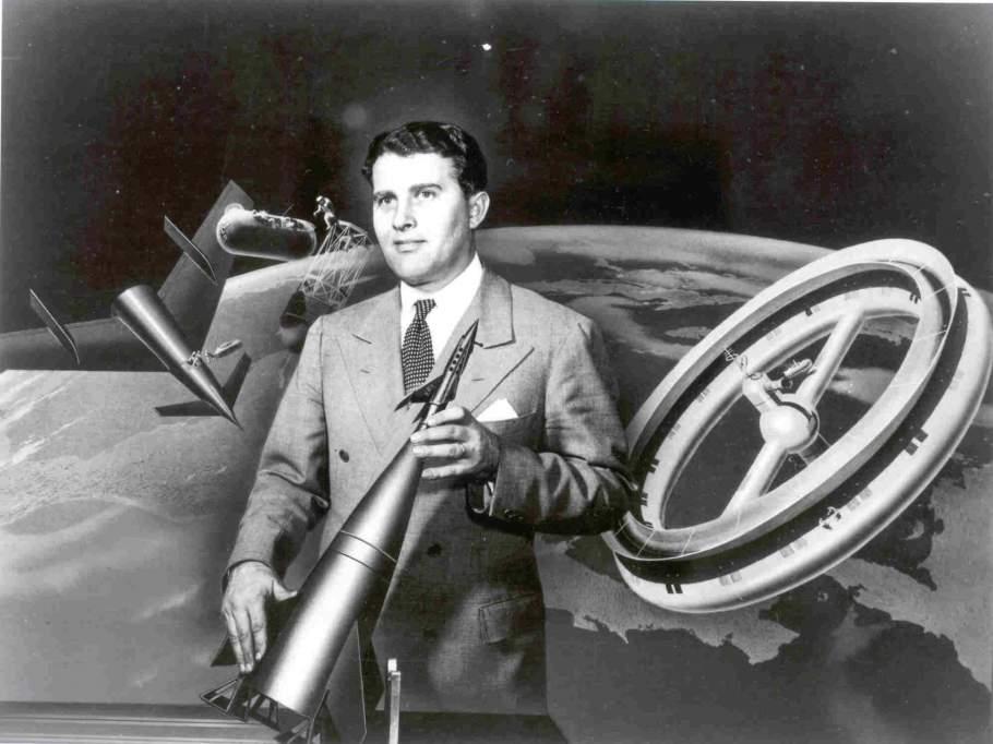 Wernher von Braun hält ein Modell der Walt Disney-Version seiner Rakete.
